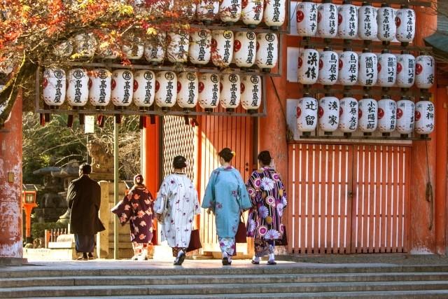 浅草寺周辺には履物屋さんがいっぱい