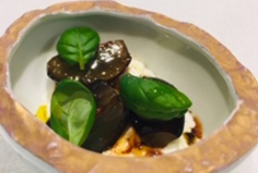 ぶどうの軽いマリネとブッラータチーズのカプレーゼ