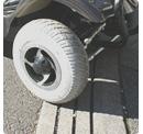 大型タイヤで段差もラクラク