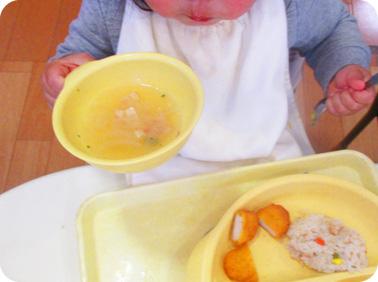 iiwan食器を使って食事しているこどものアップ写真