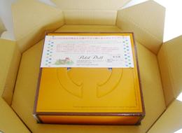 箱を梱包用の大きな箱に入れます。