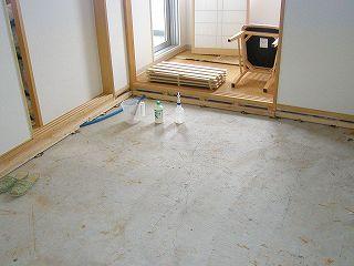 床パネルを剥がしてMD123防カビ