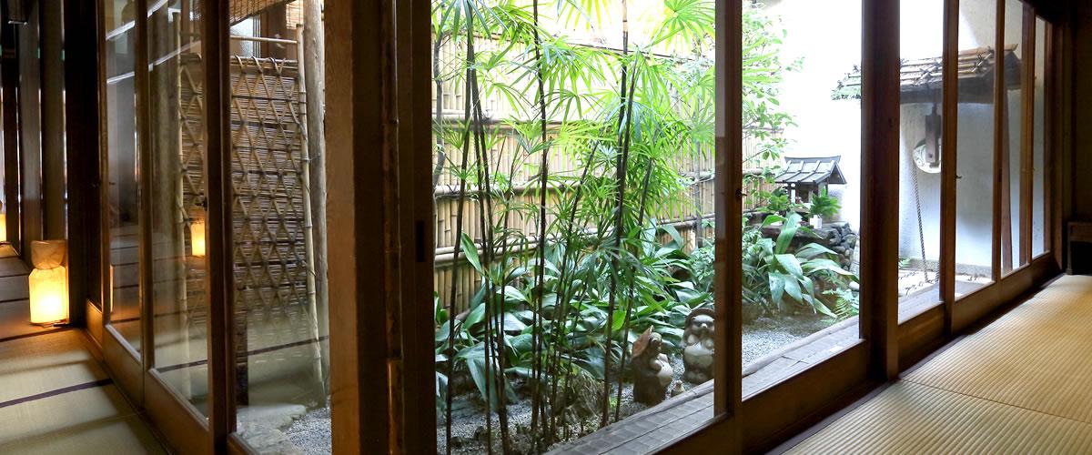 お茶屋の雰囲気をしのばせる・・・一階坪庭