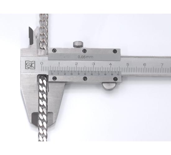 チェーンを机などの平らなところに置き、ノギスでチェーンを挟んで計測します。