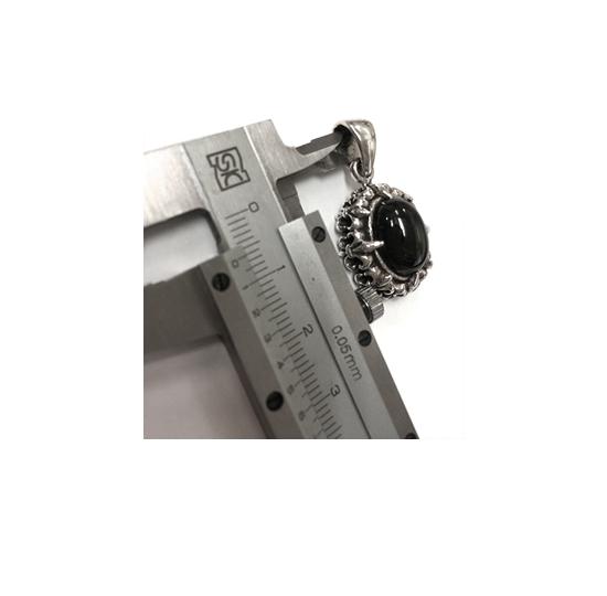 チェーンを通すバチカン部分の穴のサイズを測るにはノギスの内側測定用のこの部分を使って測ります。