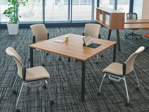 打ち合わせに最適な正方形テーブル