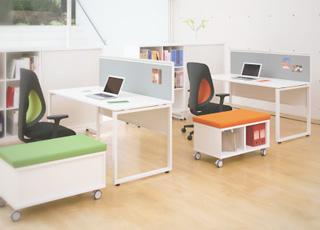 デスクトップパネルや幕板を装着することで、簡易プライバシー空間を創出。