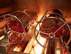 素材の旨みを引き出す炭火での調理