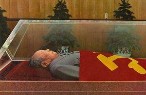 水晶棺に安置される毛沢東