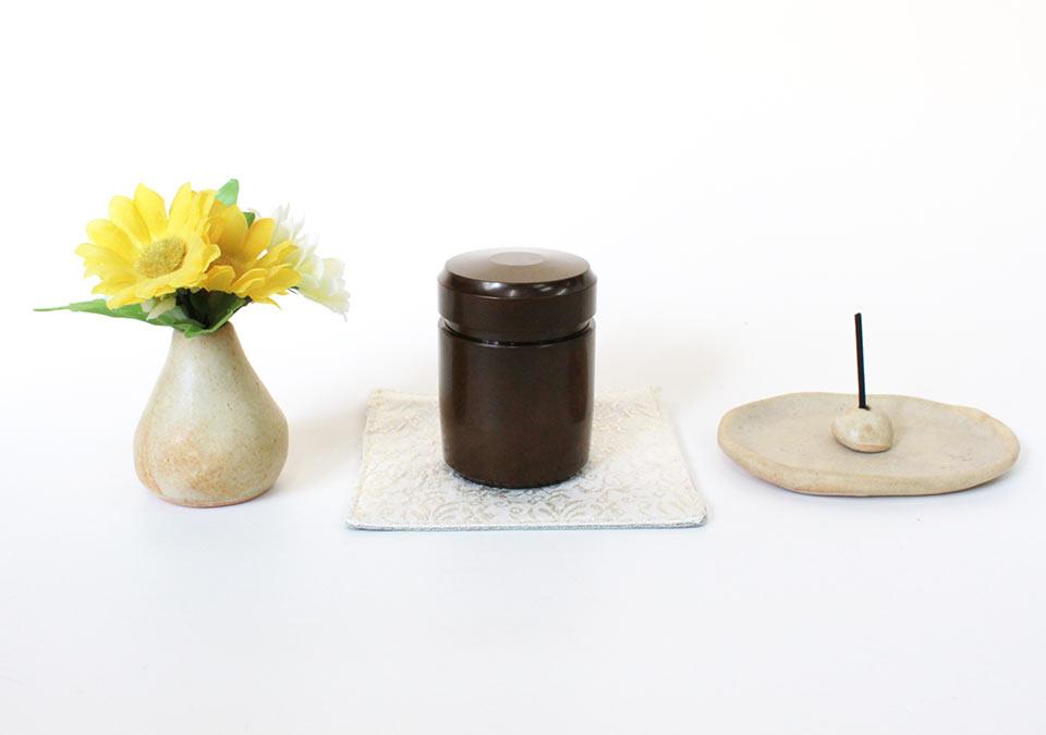 手元供養ミニ骨壷なごみのディスプレイ例
