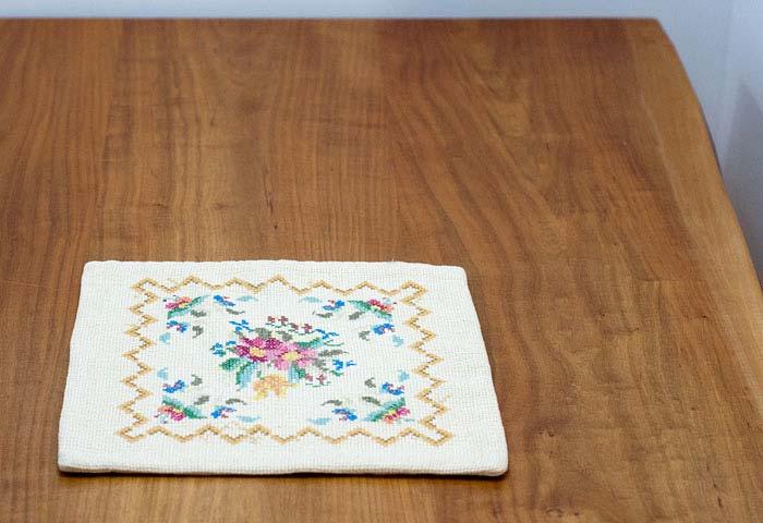 北欧で使われていた、刺繍のミニクッションカバー 02