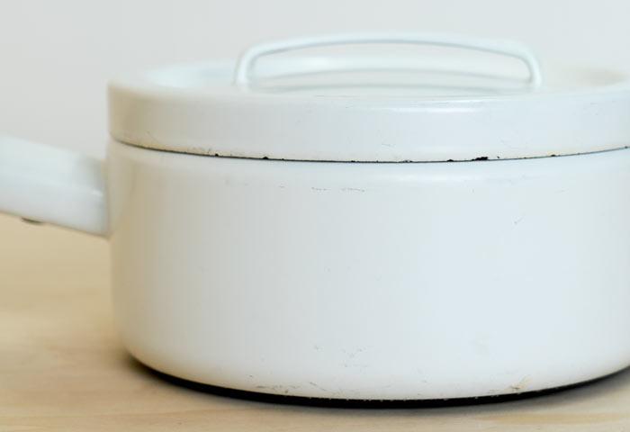 フィンランド、FINEL(フィネル)社の、ビンテージのチークの取っ手のホーローの片手鍋(ホワイト) 01