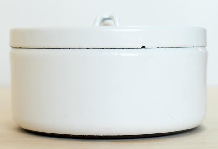 フィンランド、FINEL(フィネル)社の、ビンテージのチークの取っ手のホーローの片手鍋(ホワイト) 02