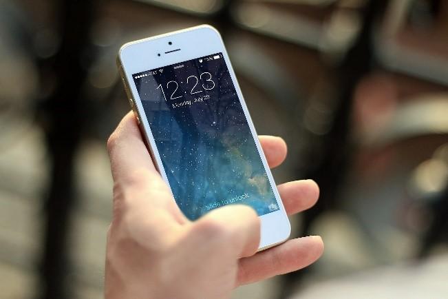 スマートフォンを使う時はイヤホンを使って電磁波対策を