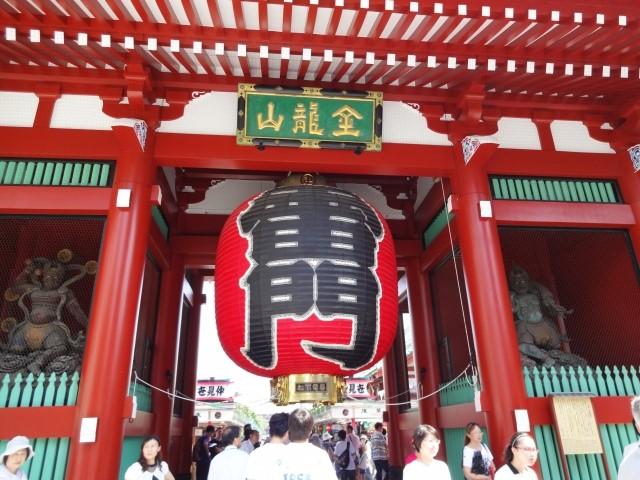 粋な江戸っ子は浅草寺の初詣に下駄を新調する