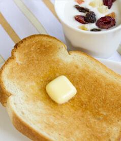 バターを塗ったトーストの上に振りかけて