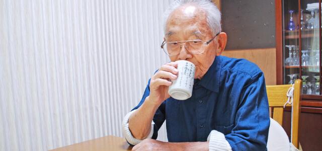 お茶、コーヒー、紅茶などを一緒に飲むと喉を通りやすくなります