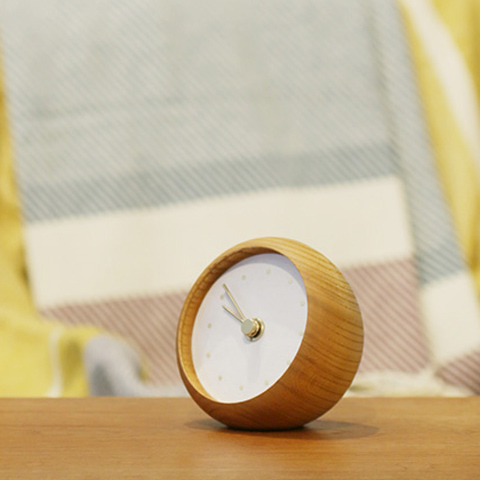 カラフルな岩絵具の文字盤と、柔らかな木の質感を楽しむシンプルな置時計