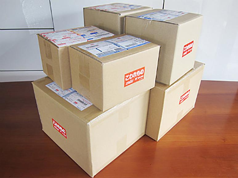 商品の大きさと形によって10種類以上のダンボール箱を使い分けております。丁度良い大きさの箱を使うことは破損がないようにするだけではなく、ゴミになる無駄な梱包材を減らすことにもつながります。