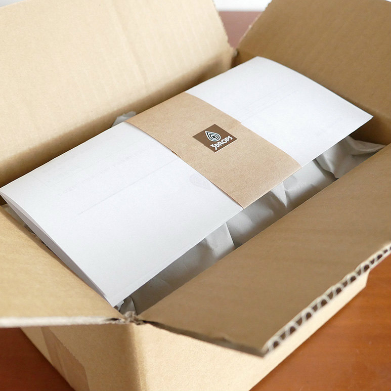 新品のダンボール箱に商品と納品書を入れ、隙間の無いよう更紙(再生紙)で固定します。