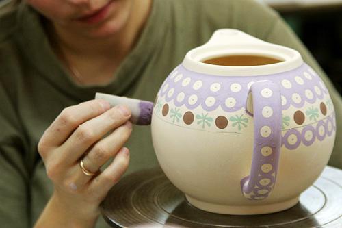 ボレスワヴィエツ陶器の絵付け