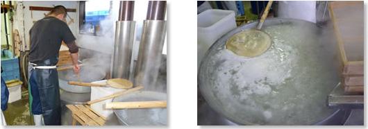 釜揚げしらすを大きな釜でゆでます。