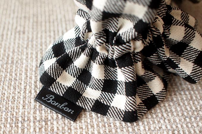 イヤーシュシュ クラシカルタータンシリーズ(ホワイトブラック)ボンボン ロゴ