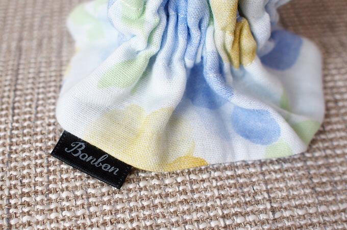 イヤーシュシュ フラワーシャワーシリーズ(水色)ボンボン ロゴ