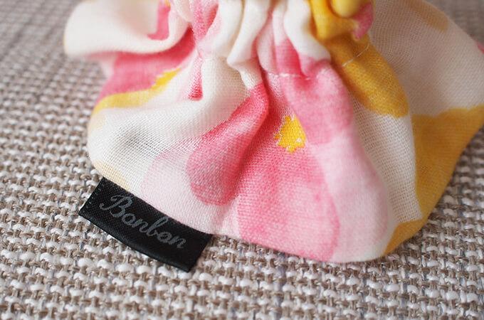 イヤーシュシュ フラワーシャワーシリーズ(ピンク)ボンボン ロゴ