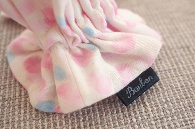 イヤーシュシュ 水玉シリーズ(ピンク)ボンボン ロゴ