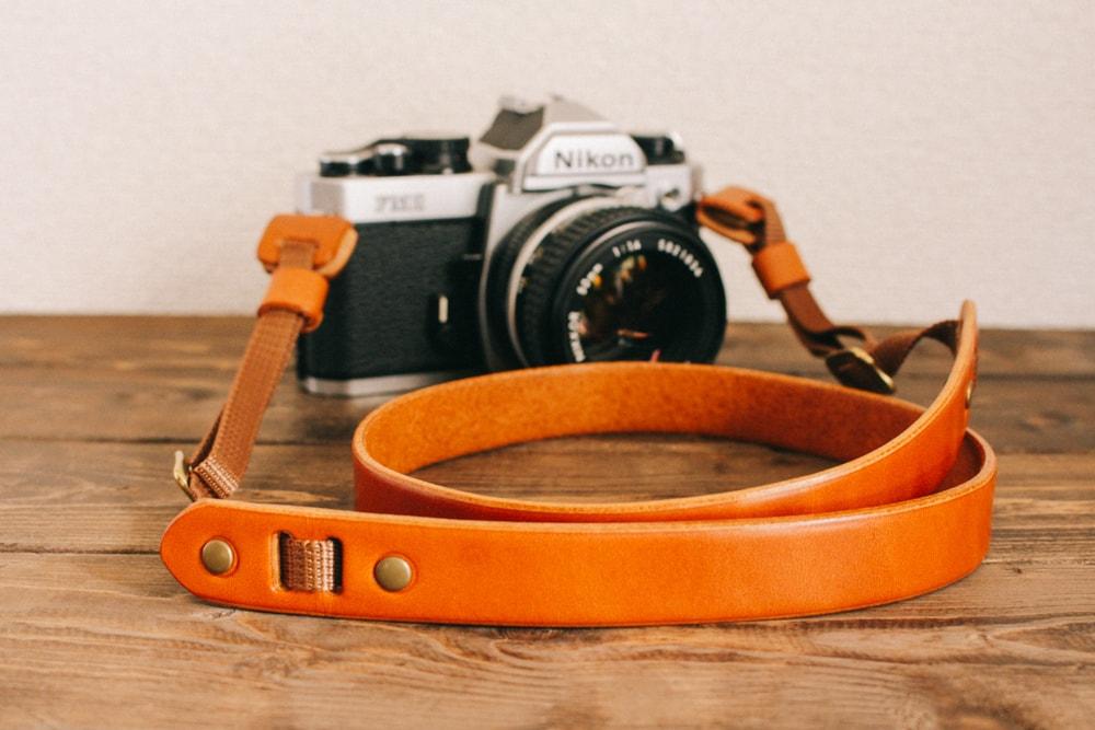分厚い革のシンプルなカメラストラップ   DURAM カメラストラップA 10015(B)