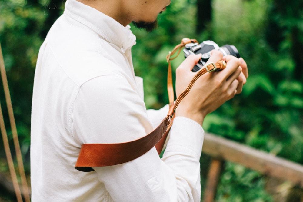 ブラウンの革のカメラストラップ