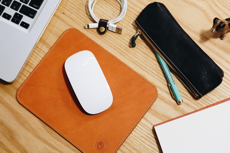 シンプルな革のマウスパッド