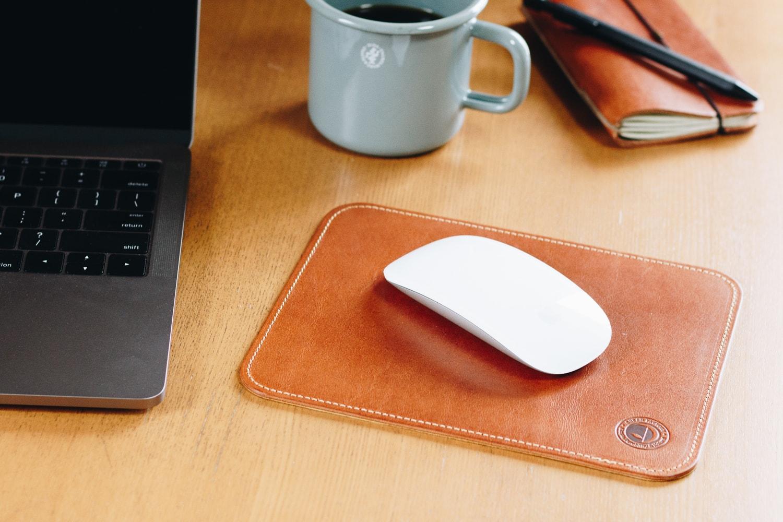 ナチュラルな革の質感をマウスパッドに   DURAM マウスパッド 13011(C)
