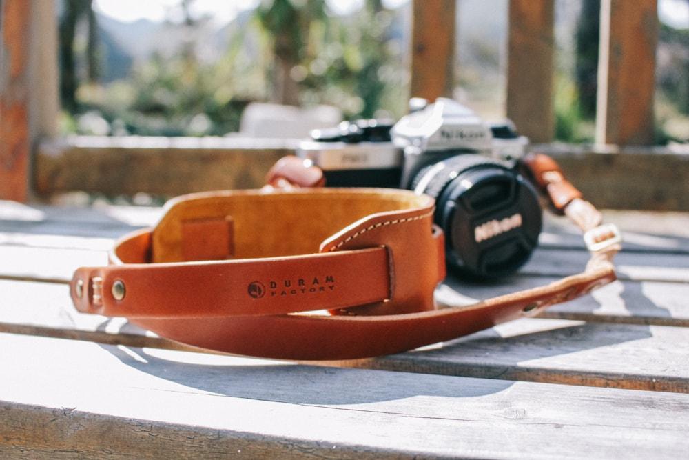 頼れる革のカメラストラップ