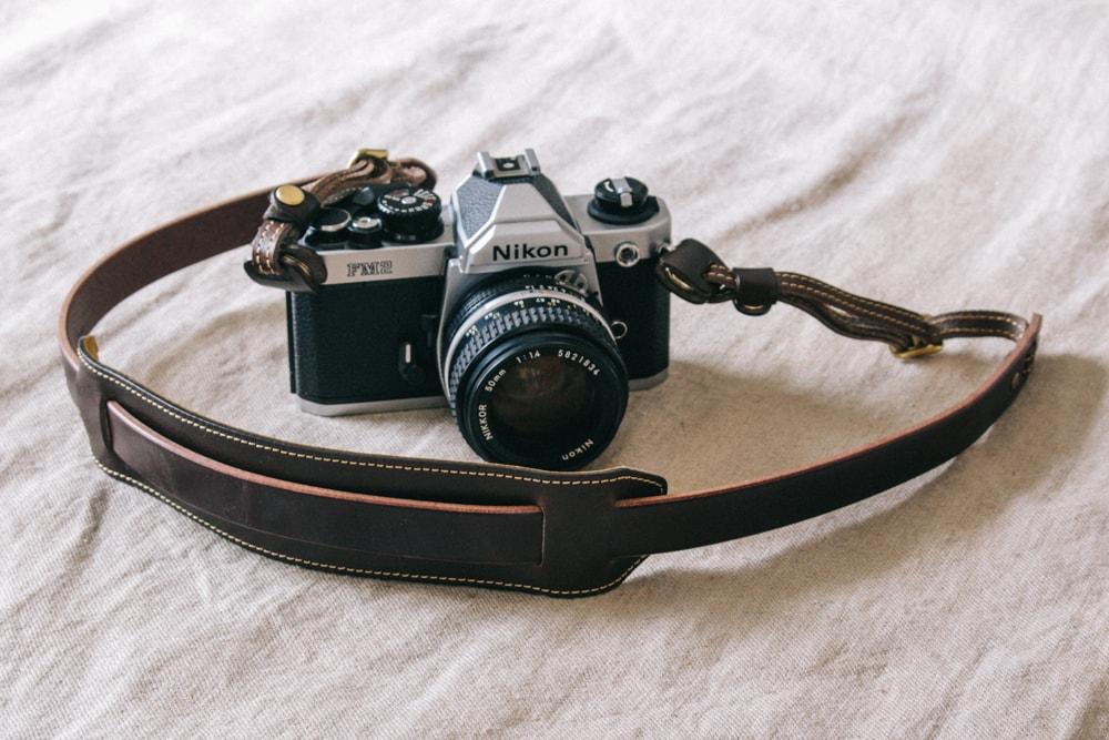 ダークブラウン革のカメラストラップ