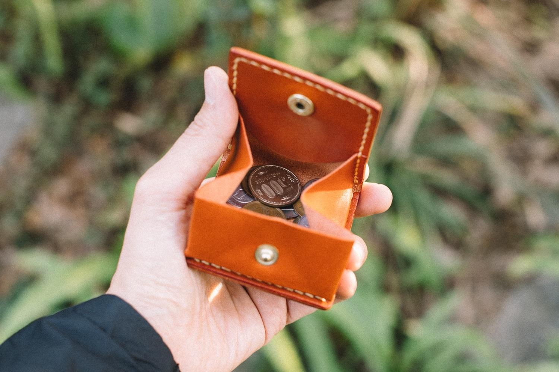 ブラウンの革のコインケース