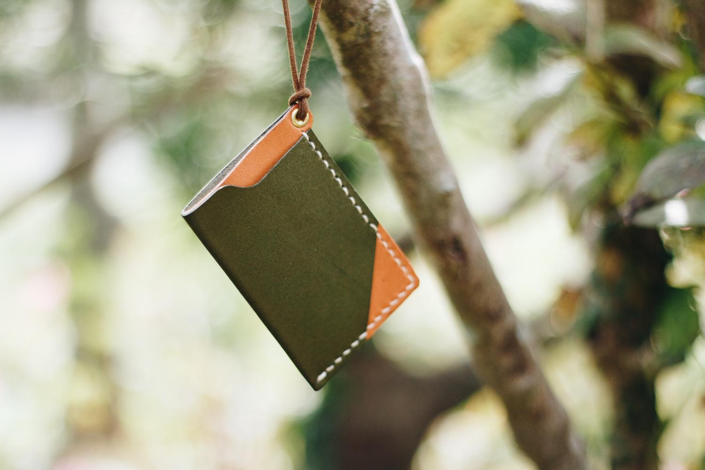 緑の革のパスケース