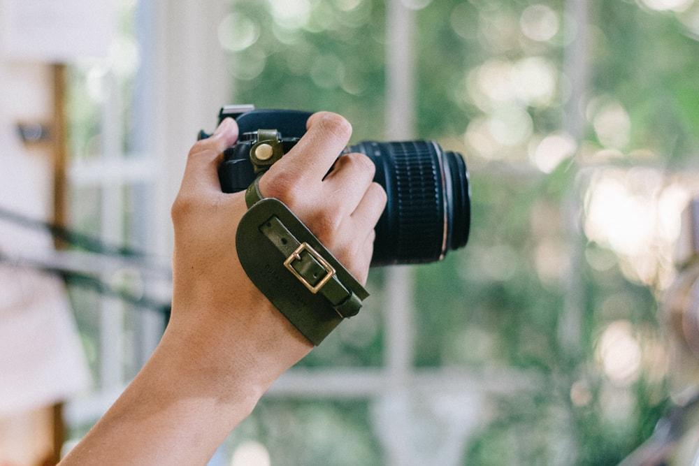 グリーンの革のカメラストラップ