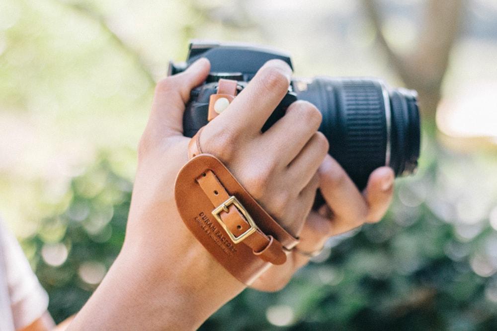 ナチュラルな革のハンドストラップ | DURAM カメラハンドストラップ 17005