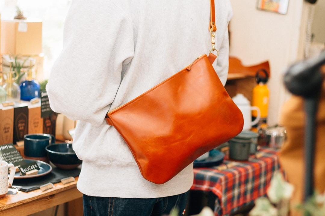 ライトブラウンの革のバッグ