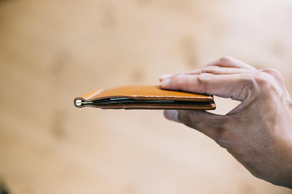 コンパクトな革のマネークリップ