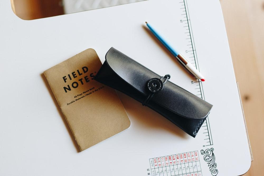 黒い革のペンケース