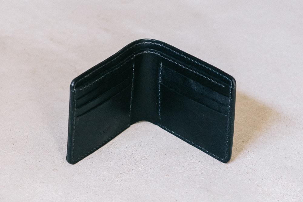 黒の二つ折り財布
