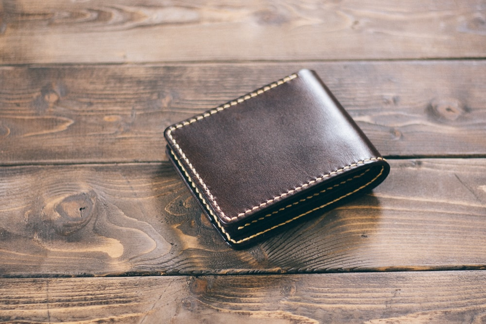 ダークブラウンの二つ折り財布