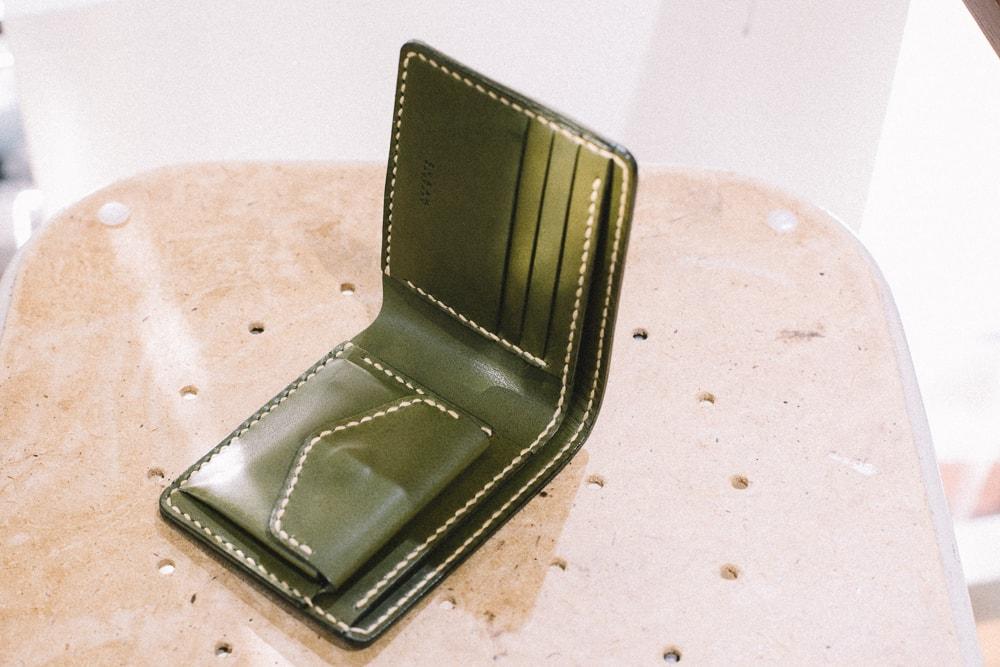 緑の二つ折り財布