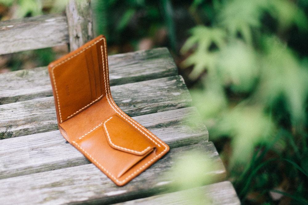 手縫いの小銭入れ付き二つ折り財布 | DURAM クラシック二つ折り財布 小銭入れ付 9002(D)