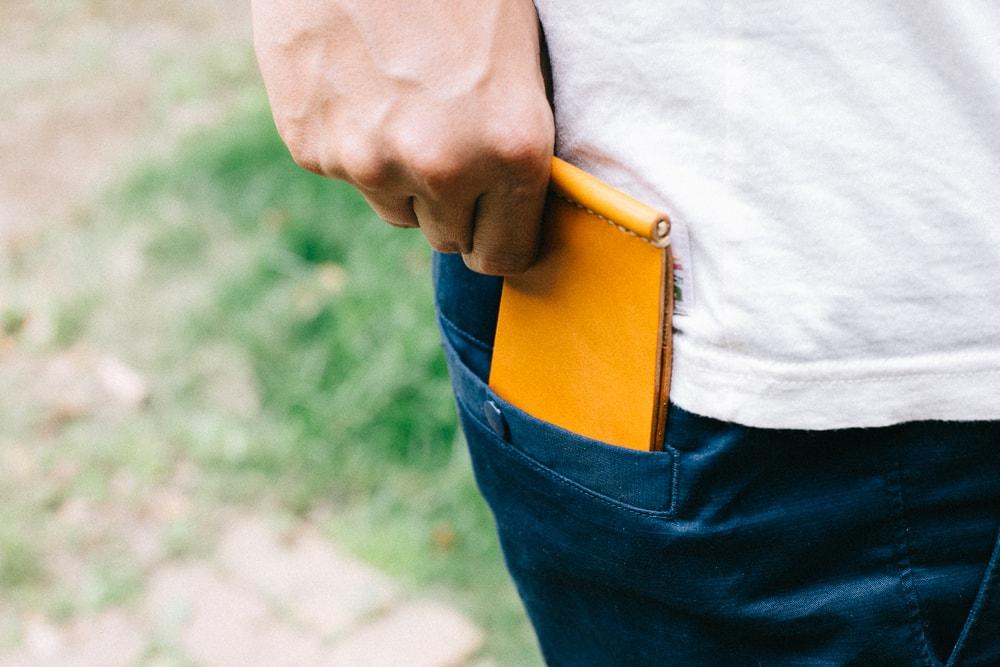 ポケットにスリムに収まるマネークリップ