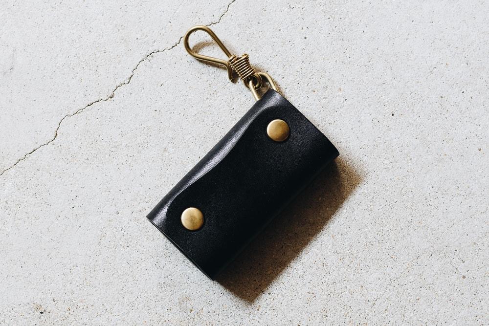 黒い革のキーケース