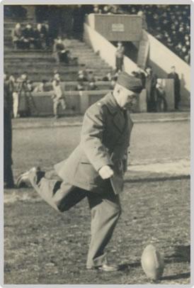 1948年開催の「第1回ライスボウル」始球式におけるポール・ラッシュ博士
